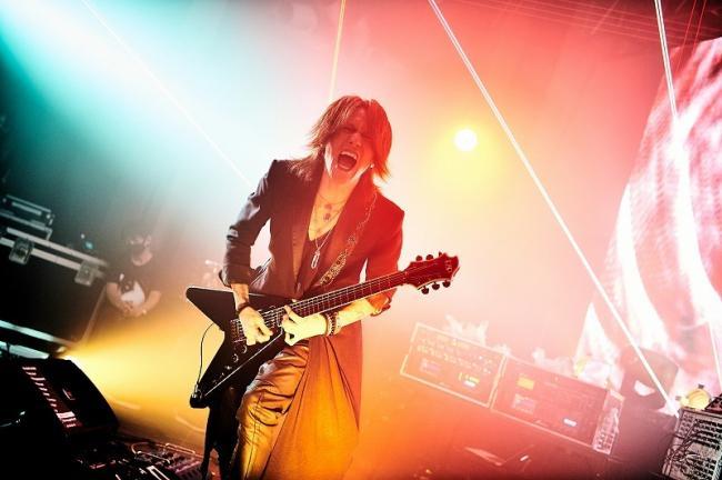 叫びながら演奏するSUGIZO Photo by Keiko Tanabe
