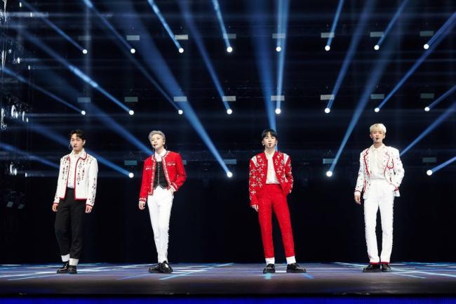 SHINee『Beyond LIVE - SHINee : SHINee WORLD』 左からオンユ、テミン、キー、ミンホ
